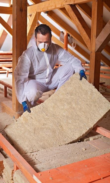 Mężczyzna układający wełnę mineralną