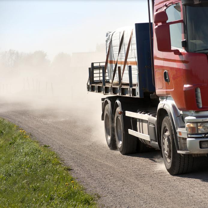 czerwona ciężarówka na drodze