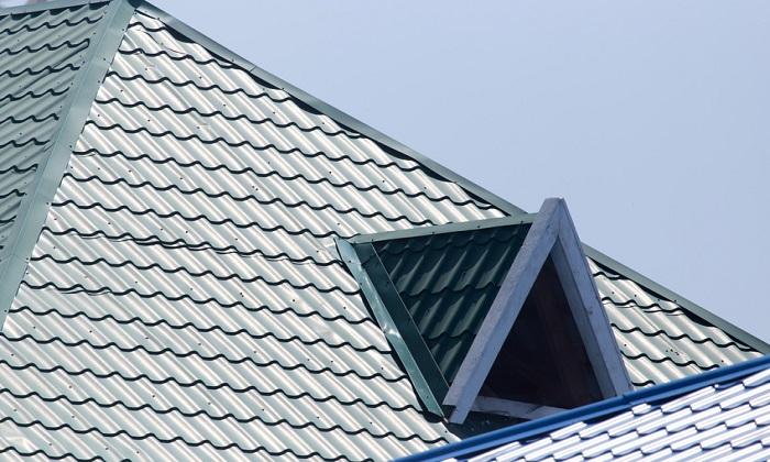 Dach domu pokryty dachówką